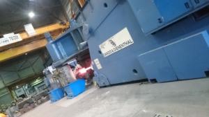 Schmiederoboter beim ziehen des Stahls