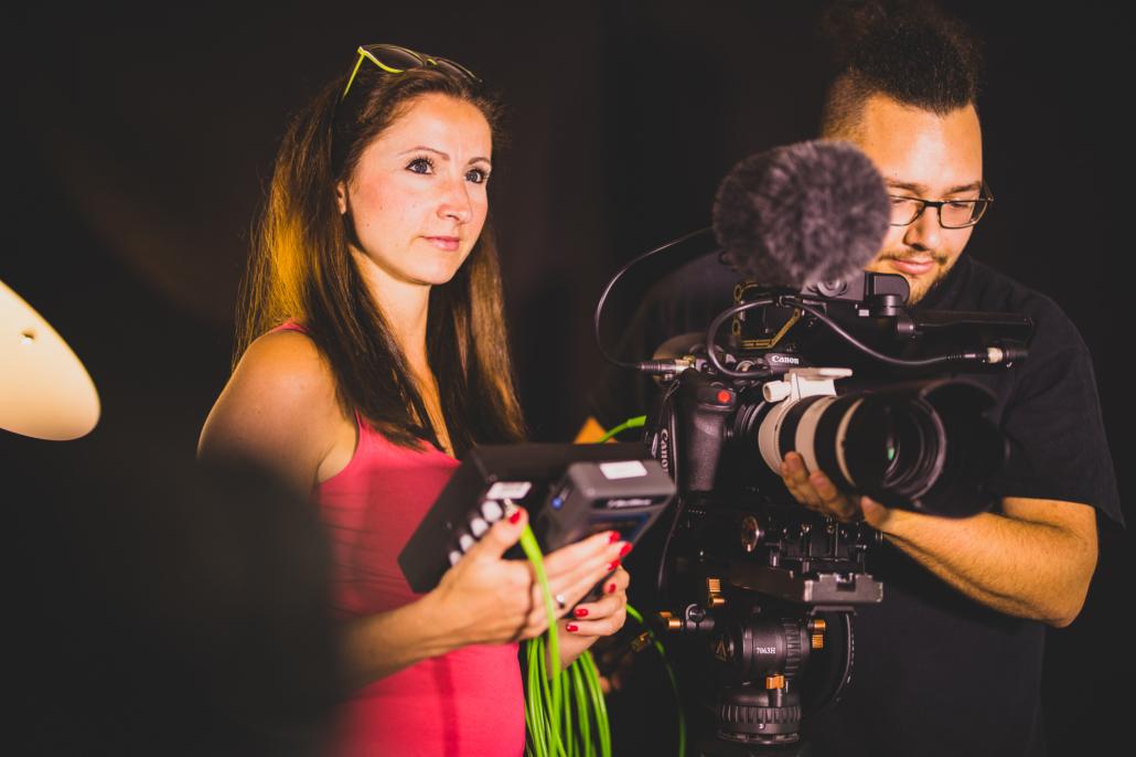 TV-Produzentin für Filmproduktion und Auszubildender